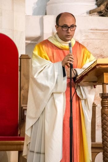Padre Antonio Corda durante la messa di risurrezione.