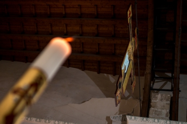 Durante la celebrazione eucaristica, viene anche acceso il cero pasquale con il fuoco benedetto.