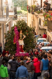 """San Michele viene fatto """"abballare"""", cioè viene scosso con moti ondulatori e sussultori con tanto vigore che la cima riesce a coprirne il viso."""