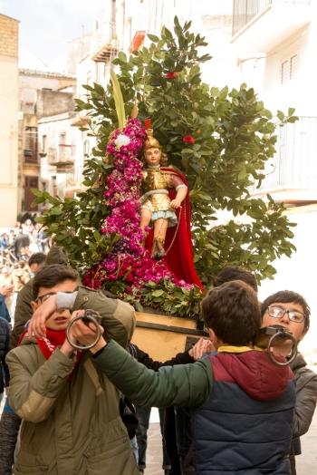 Durante la mattina, molte sono le statue più piccole che seguono la statua principale. Un tempo i bambini ed i ragazzi inseguivano San Michele solo con le cime di alloro.