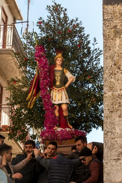 San Michele è identificato anche come il santo di coloro che non hanno un partner. Un tempo era addirittura vietato alle persone sposate avvicinarsi alla statua. Il divieto era fatto rispettare anche con vigore. Oggi invece tutti corrono appresso San Michele: i tempi cambiano.