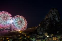 I giochi d'artificio illuminano il cielo di Caltabellotta.