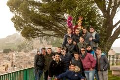 """I ragazzi non si stancano di portare in giro San Michele. Nel pomeriggio di martedì lo si porta anche al """"balcone"""" per fare qualche scatto."""