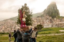 Cercano di salire su per la misteriosa ed affascinante rupe Gogàla, con il paese sullo sfondo.