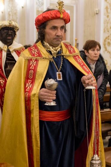 Gaspare porta l'incenso, riconoscendo Gesù come Divinità.